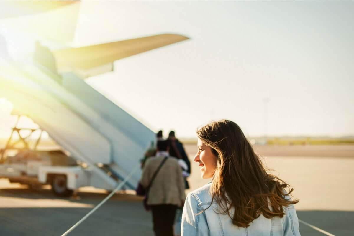 kvinna går mot flygplan