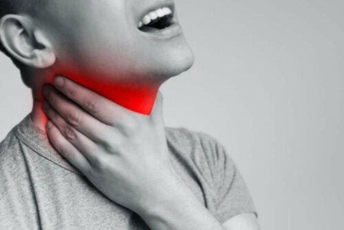 man med symptom på laryngit