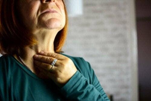 kvinna med symptom på laryngit