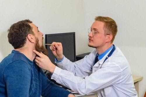 läkare undersöker patient med svullna stämband