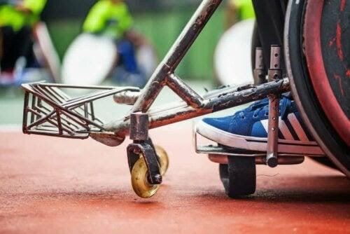 olika typerna av poliomyelit: person i rullstol