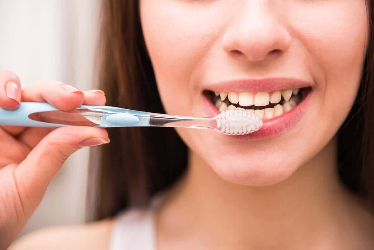 torrhet i munnen: kvinna borstar tänderna