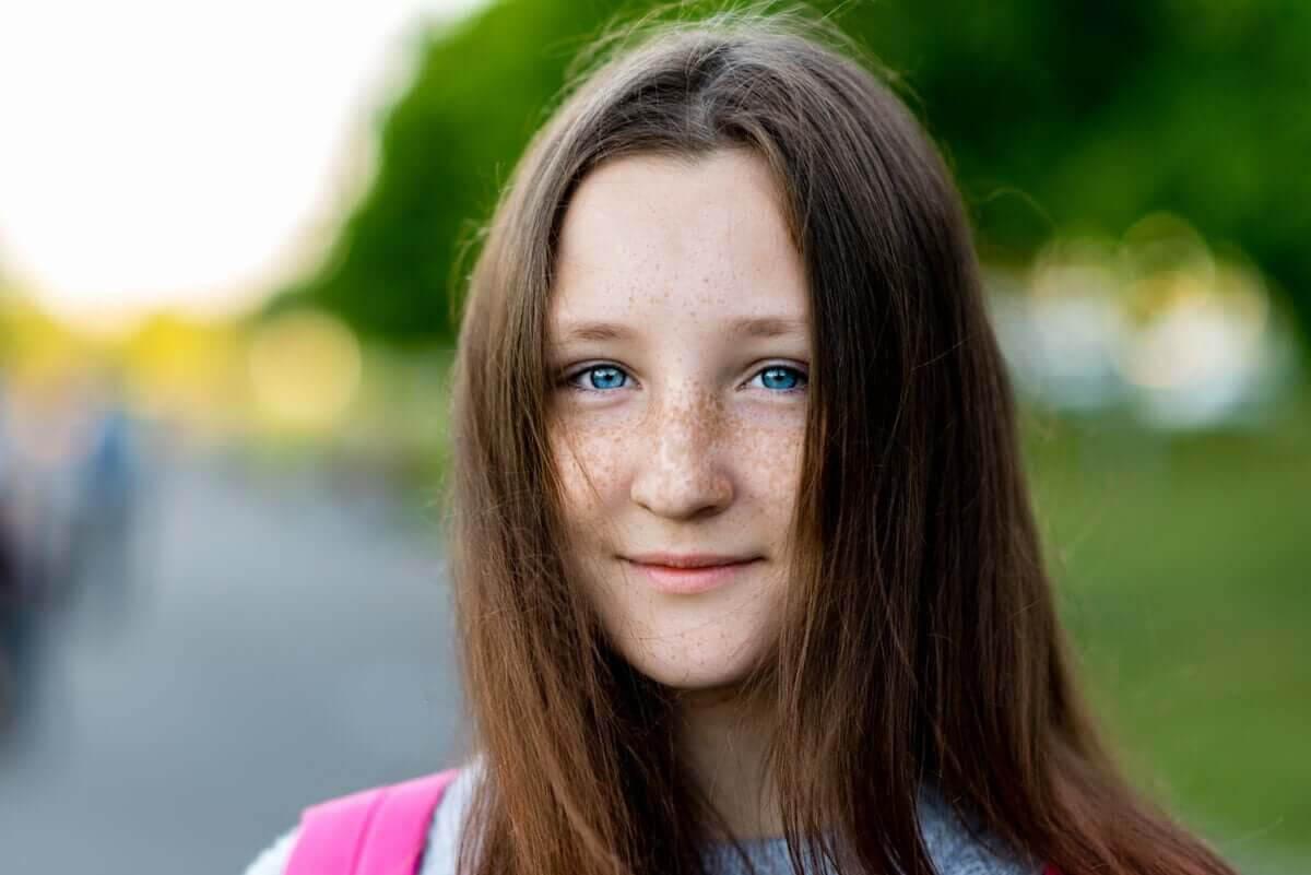 Förändringar i ögonfärg: flicka med blå ögon