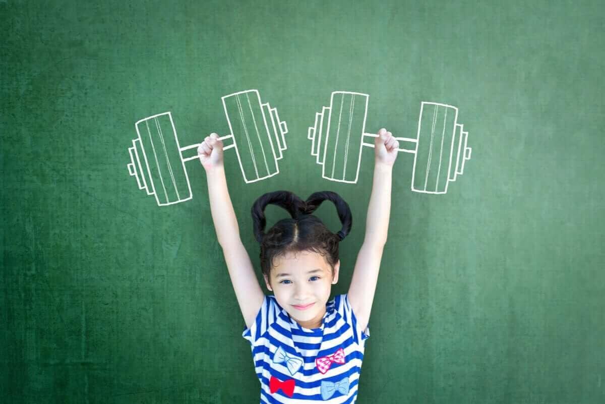 Crossfit för barn: barn håller upp tyngder målade i krita