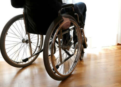Person i rullstol på grund av multipel skleros.
