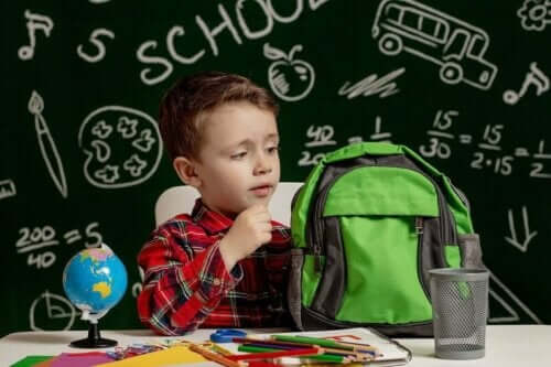 Barn med dyslexi packar sin skolväska.