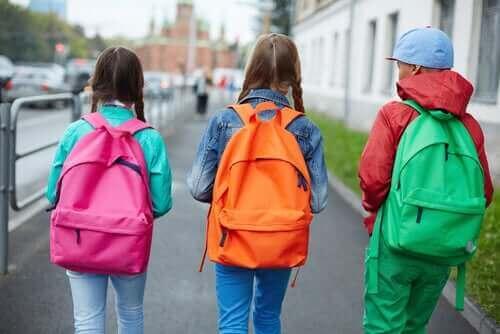 Barn med ryggsäckar på sig.