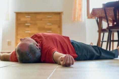 En medvetslös man ligger på golvet på grund av kolmonoxidförgiftning.