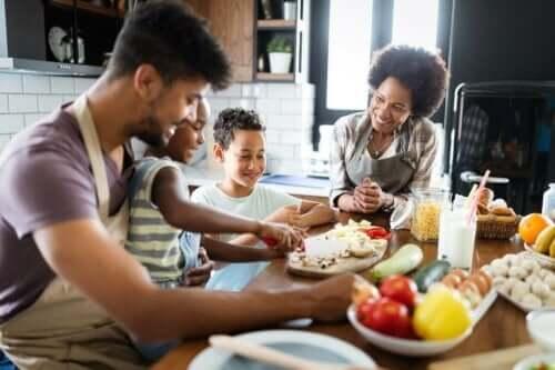 En barnfamilj lagar mat tillsammans.