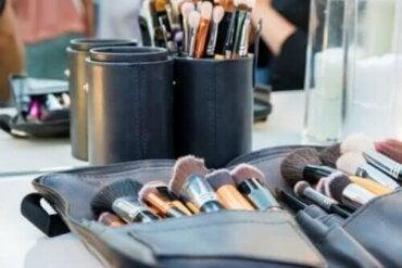 Att hålla din sminkväska ren: viktigare än du kan tro