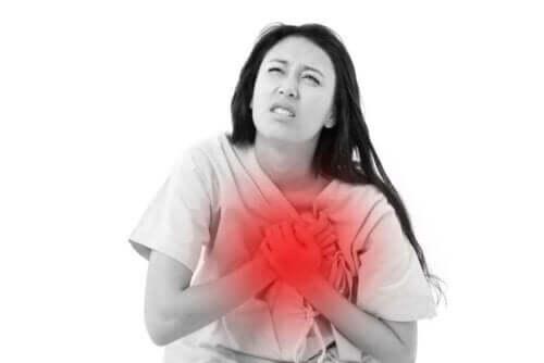 Samband mellan kaffe och hjärtattack: En kvinna som får hjärtattack.