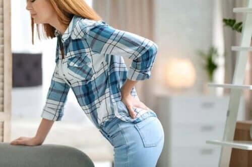 Dry needling: en kvinna med ont i ryggen.