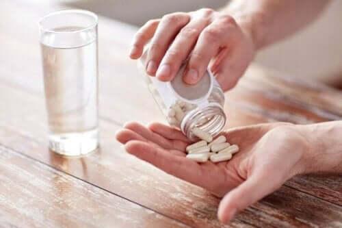 En person tar läkemedel som kan orsaka ljusöverkänslighet.