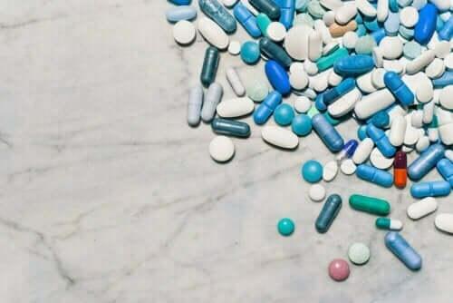 Läkemedel i form av piller på ett bord.