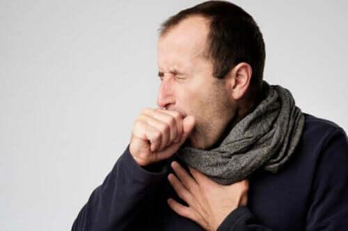 Man med halsont hostar.