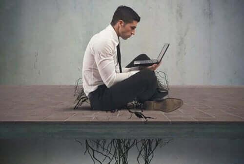 Beroende av pornografi: En man med en laptop.