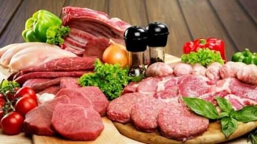 Olika sorters rått rött kött