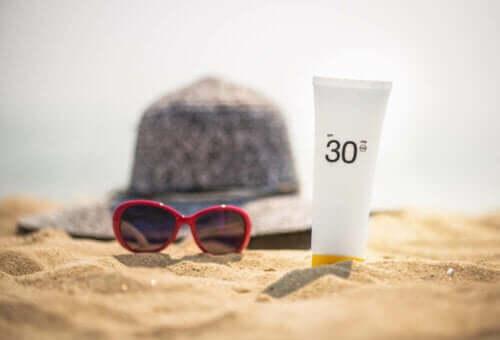 Typ av SPF30 solkräm på stranden