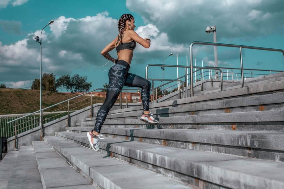 jogga och springa: kvinna springer upp för trappa