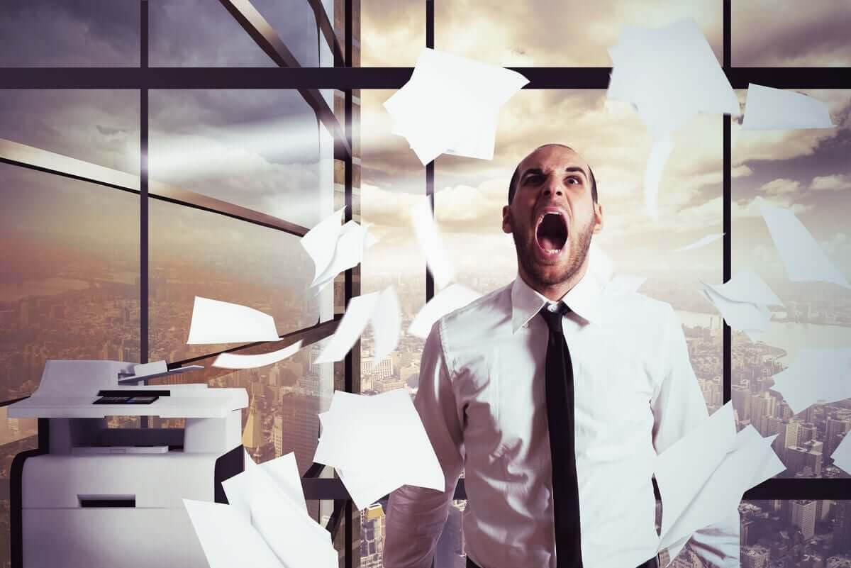 stress påverkar hjärtat: stressad man på kontor