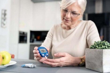 Låsningsfenomenet triggerfinger: kvinna testar sitt blodsocker