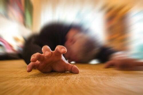 Epileptiska anfall: man på golvet