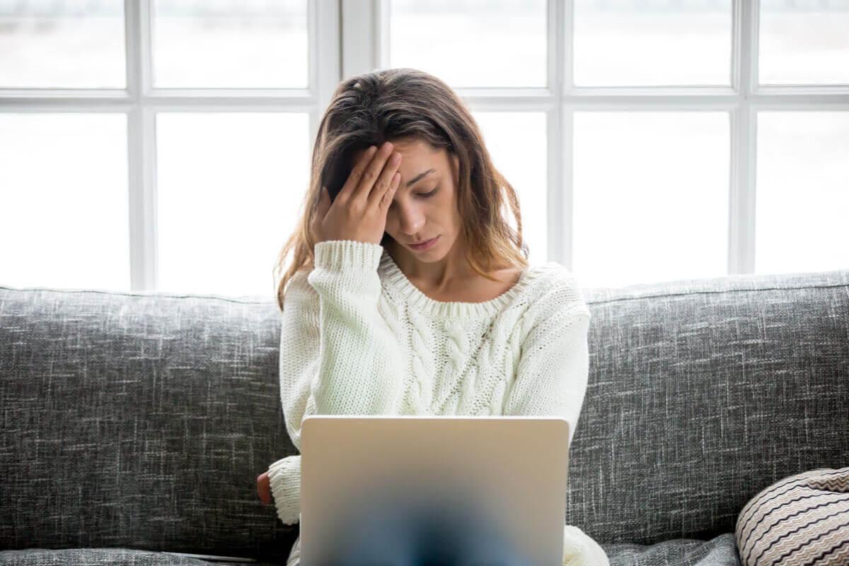 stress påverkar hjärtat: trött kvinna med laptop