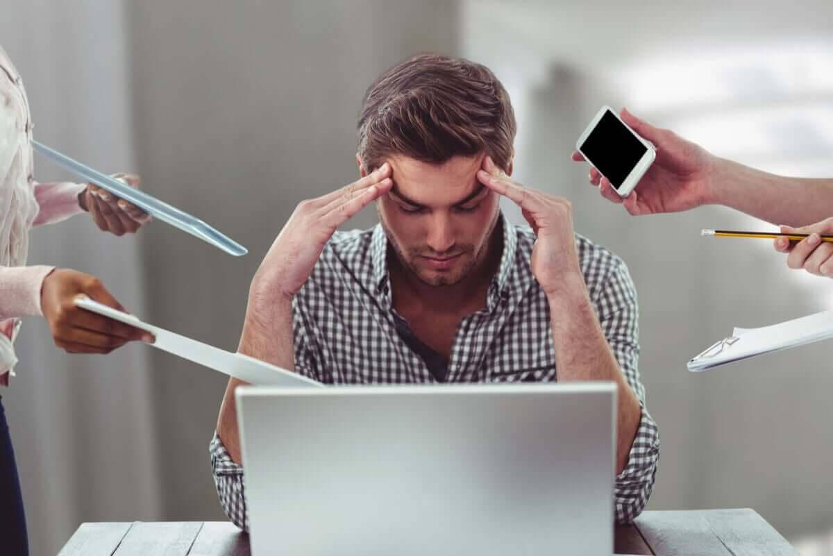 Sömnlöshet på grund av stress: man vid dator