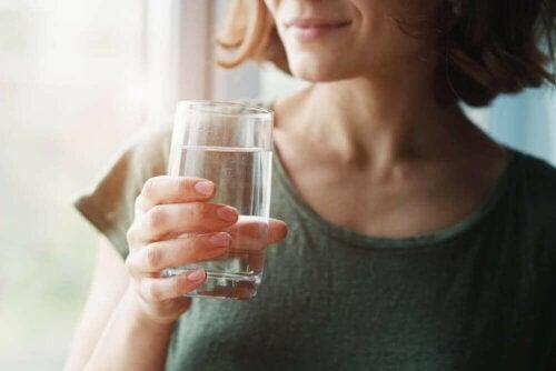 Medelhavskosten på tarmhälsan: kvinna dricker vatten
