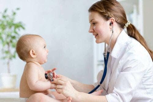 läkare undersöker baby