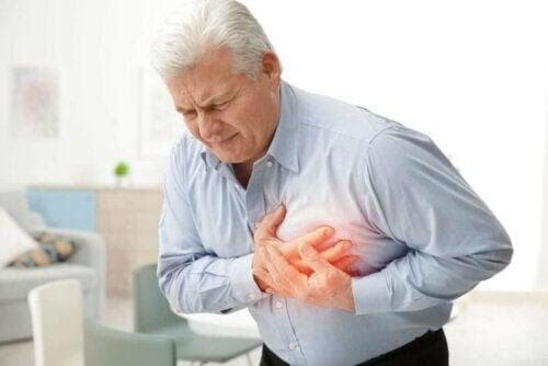 typer av hjärtsjukdomar: man med ont i hjärtat