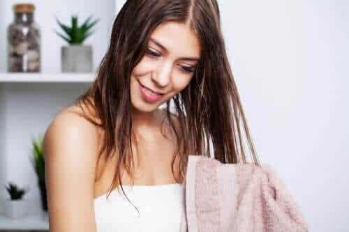 De bästa tipsen för att tvätta fett hår