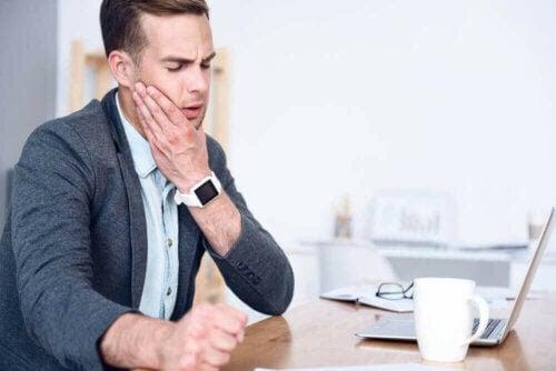 man med Temporomandibulärt spänningssyndrom