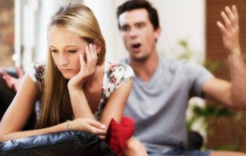 misshandlar dig verbalt: man skäller på kvinna
