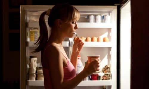 kost vid typ 2-diabetes: person äter från kylskåp