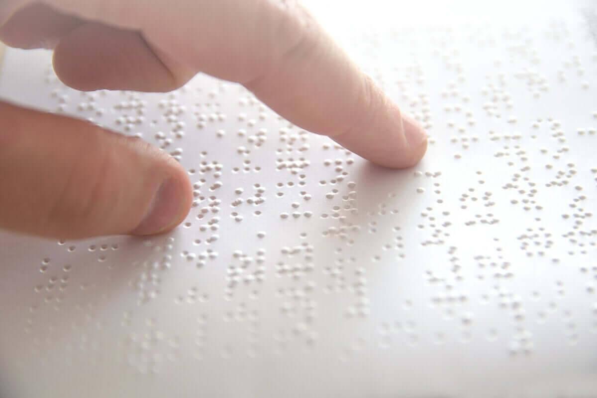 person läser blindskrift