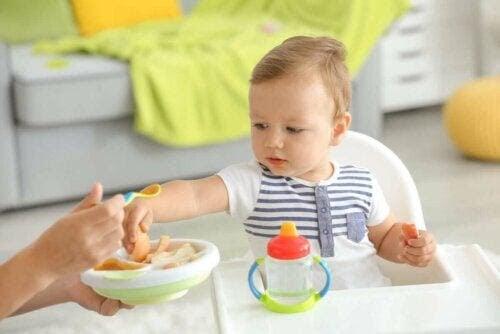 baby utforskar fast föda