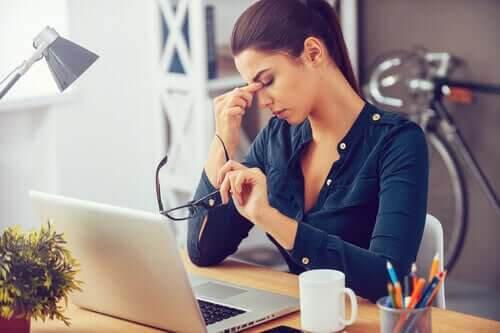 stress kan orsaka depression: kvinna som ser stressad ut