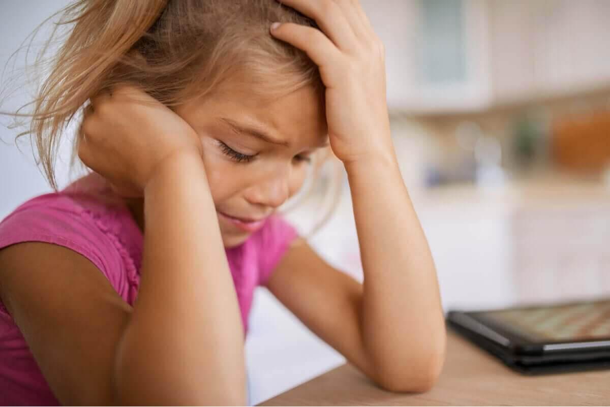 Inlärd hjälplöshet: ledsen flicka