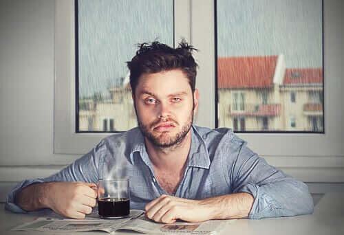 Morgontrött och sömndrucken - därför vaknar du på dåligt humör