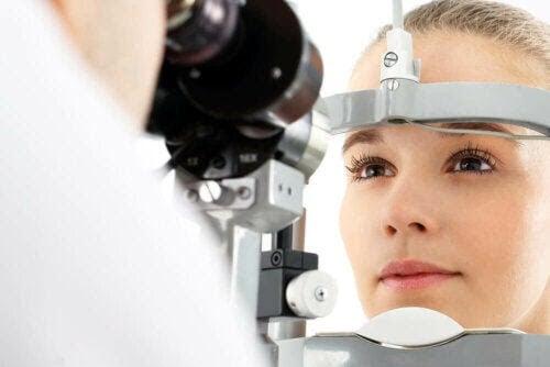 ögat rengör sig själv: kvinna får sitt öga undersökt