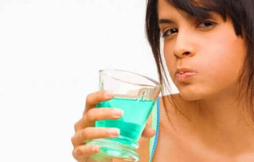 multifunktionelltantiseptiskt medel används för att skölja munnen