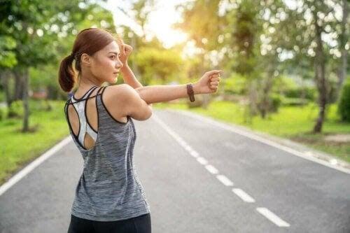 fördelar med bananer för idrottare: kvinna ska springa