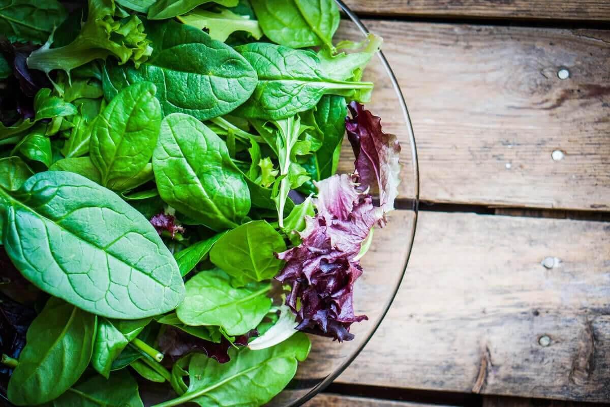 kosttillskott som veganer bör ta: sallad