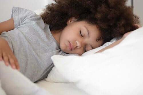 Barn sover gott i sin säng.