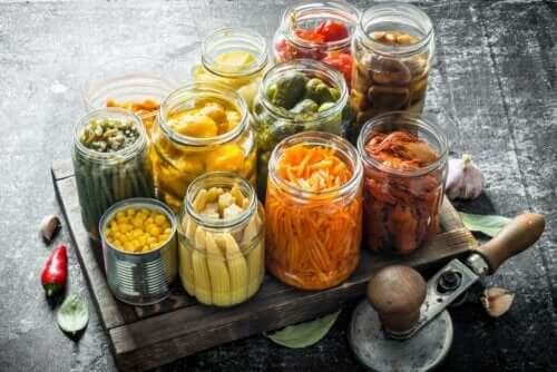 Inlagda grönsaker i burkar.