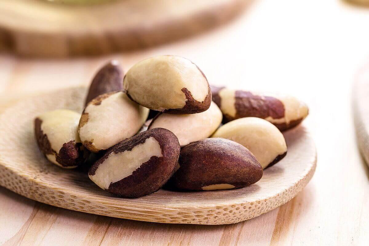 Paranötter på en tallrik.