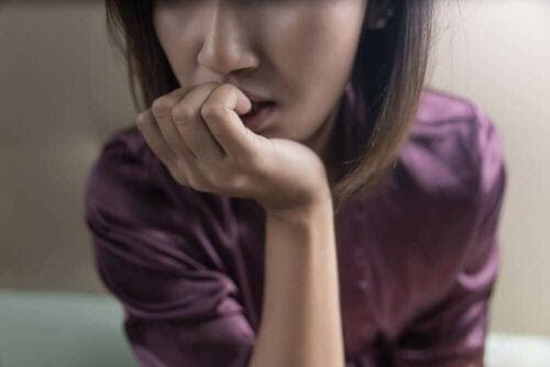 Takykardi och ångest: kvinna ser grubblande ut