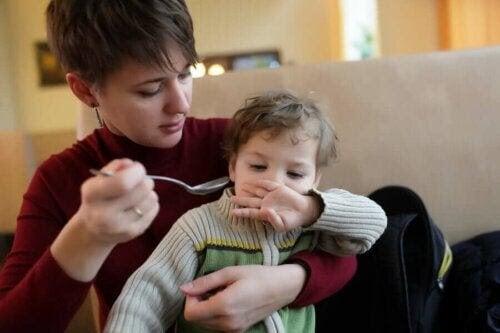 Ätstörningar hos autistiska barn: kvinna försöker mata barn