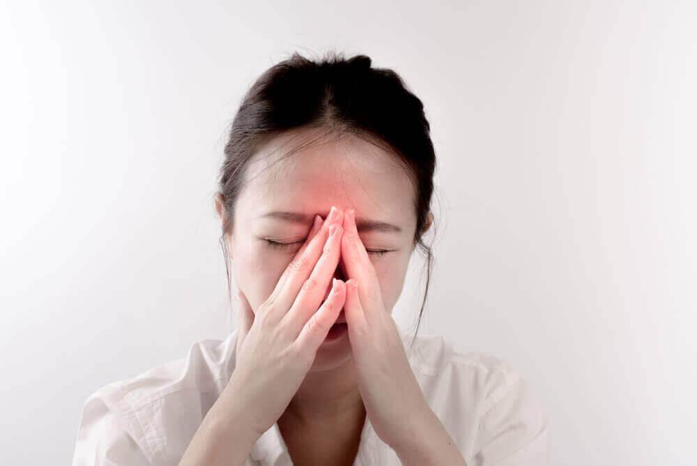 Hypotrofi i näsmusslorna: kvinna med ont i bihålorna